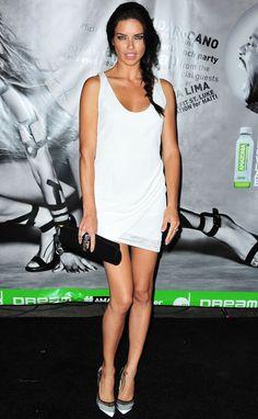 Adriana Lima con un mini vestido de Rebecca Minkoff