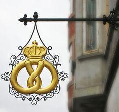 Danish baker sign. Restaurering af gammelt lauskilt. Kringlen er belagt med bladguld. Store Kongensgade i København. Montereret af Skiltefabrikken