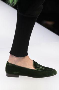 Alerta Fashion Week - Milão - Conhecida por ser a mais luxuosa e extravagante, a Semana de Moda de Milão trouxe calçados que abusam de cores vibrantes, texturas, bordados e detalhes metalizados. Invista em saltos médios, camurça e tecidos com brilhos! A Adina traz: Linha PU, Camurça, Cetim, Veludo Cristal e muito mais! Imagem: Giorgio Armani