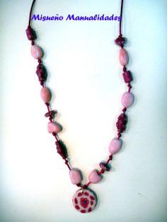 Collar largo de en rosas con cuentas de Fimo imitación cuarzo y cuentas en rosa oscuro con colgante en blanco y rosa de murrina de flor.  www.misuenyo.com / www.misuenyo.es