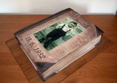 Dort kniha s fotkou na jedlém papíru. Book Cake with Picture on Edible Paper.