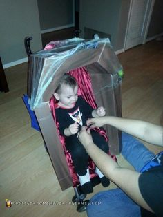 Coffin Stroller for Halloween disfraces halloween ideas Stroller Halloween Costumes, Stroller Costume, Halloween Costume Contest, Family Halloween Costumes, Baby Costumes, Holidays Halloween, Halloween Party, Halloween Ideas, Costume Ideas