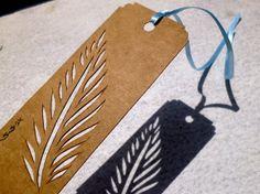 Tag MOMÔ - recortes feitos à mão - folha de palmeira.  Significados: - Para os antigos romanos: vitória. - No cristianismo: proteção da casa.  Fotos do conjunto apenas ilustrativas. Valor referente a cada marcador de livro.  Tamanho aproximado (sem contar com a fita): 10,7X4,3cm. Peso aproximado sem embalagem: 3gramas.  Design original de Sayuri Murakami (Momô Artesanatos).  Frete à orçar: Carta, PAC ou SEDEX. Envio em caixa ou envelope reforçado.  Obs.: Pode haver pequena variação de cor…