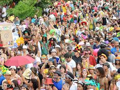 """O bloco sai em Copacabana, no sábado anterior ao carnaval, no seguinte e no domingo e segunda da festa do momo, nos dias 2, 9, 10 e 12, sempre às 16h. Concentra na Souza Lima n° 121, não desfila e fica parado. Obs: As informações são de responsabilidade dos blocos. Estão sujeitas a alterações de...<br /><a class=""""more-link"""" href=""""https://catracalivre.com.br/rio/agenda/barato/os-imoveis/"""">Continue lendo »</a>"""