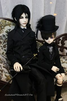Ciel and Sebastian - b by *Zetahadrian on deviantART love the anime and the manga but this is so freakin CREEPY