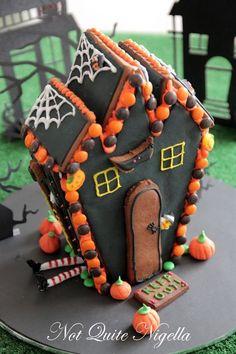 halloween gingerbread houses - Bing Images Halloween Gingerbread House, Gingerbread House Template, Gingerbread House Designs, Halloween House, Holidays Halloween, Spooky Halloween, Halloween Treats, Gingerbread Cookies, Halloween Party