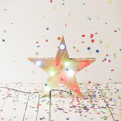 ÉTOILE LUMINEUSE Étoile lumineuse 10 bulbes entièrement réalisée à la main, à partir de bois de récupération, par nos artisans. À partir de 230€ #etoile #artisanat #formelab #luminaire #bois