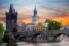 Velen hebben nog altijd het idee dat Tsjechië een arm Oostblokland is. Toch is Tsjechië meer dan dat. Zo behoort de hoofdstad Praag bij de mooiste metropolen van de wereld. De stad biedt genoeg om je hele dagen te kunnen vermaken. Het is ook een stad om heerlijk uit te kunnen gaan. Ook buiten de hoofdstad is er veel te beleven. De vele burchten en kastelen die in het landschap opdoemen, geven de toerist een uniek kijkje in de geschiedenis van het land.