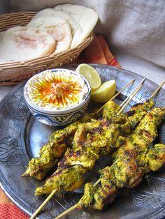 Ingrédients 400g de blancs de poulet 2cs d'huile d'olive Citron Marinade 1 jus de citron 1cc de coriandre moulue 1cc de cumin en poudre 1cc de curcuma 1cs de menthe Sel