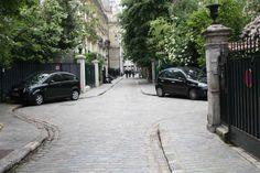 Top 100 des Lieux Insolites à Paris – Paris ZigZag   Insolite & Secret Conciergerie Paris, Tour Saint Jacques, Rue Montorgueil, Galerie Vivienne, Excursion, Sidewalk, Arrondissement, Travel, Beautiful