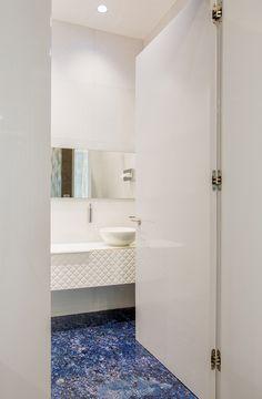 Sanitary room, The Velopers, San Francisco, Panama - Bettis Tarazi #interiordesign #interiors #houseinteriors #office #comercial #panama #luxury #design #purple #sanitary #restroom #toilet #white #minimalism
