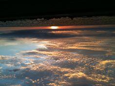 Sol cartagenero mojándose en el mar