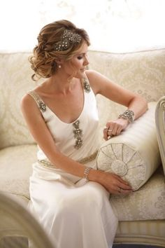 Las bodas de Marta: Peinados de novia inspiradores     (I don't know what this says but this dress and hair are amazing!)