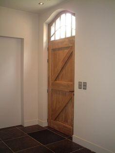 Domus Aurea   Exclusieve Villabouw: blauwsteen vloer in kruisgelegd met witte plinten