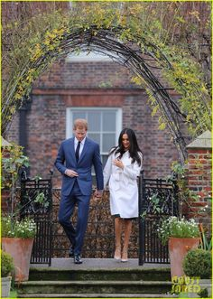 maghan Markle engagement ring | Meghan Markle Shows Off Engagement Ring in First Post ...