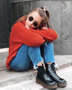Este estilo invernal que te presentamos es genial, con un toque realmente original conformado por la mezcla de este vistoso jersey rojo tejido y los pantalones de mezclilla de bajos desgastados. Autumn Winter Fashion, Winter Style, Fall Fashion, Doc Martens Outfit, Outfit Invierno, Winter Fits, Fashion Stylist, Couture, Capsule Wardrobe