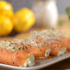 Smoked salmon rolls with stuffing - how to make it? Fish Dishes, Smoked Salmon, Catering, Sushi, Mango, Food And Drink, Appetizers, Baking, Vegetables