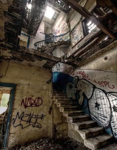 urban ruins, a new feild in anthropology and archaeology Abandoned Buildings, Abandoned Places, Haunted Places, Abandoned Mansions, Photowall Ideas, Apocalypse Aesthetic, Bg Design, Grunge Photography, Urban Decay Photography