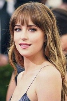 Tendance Coupe & Coiffure Femme Description Her hair, please. / Dakota Johnson / Anastasia Steele / actress / Fifty Shades Of Grey / Long Fringe Hairstyles, Hairstyles With Bangs, Pretty Hairstyles, Bangs Hairstyle, Long Haircuts, Short Haircut, Vintage Hairstyles, Haircuts For Long Hair With Bangs, Haircut Bangs