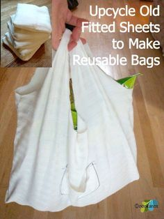 see the pocket on the front - the bag folds up into it! Link shows how to do it. - - - Upcycle fitted sheets into reusable bags Old Bed Sheets, Linen Sheets, Cotton Sheets, Fitted Sheets, Cotton Linen, Plastic Grocery Bags, Reusable Grocery Bags, Old Towels, Produce Bags