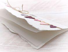 Wunderschöne, handgemachte Grusskarte zum Muttertag aus handgeschöpftem Papier aus eigener Herstellung. Wählen Sie aus vielen Farben, Titeln und weiteren Extra's und konfigurieren Sie so eine einzigartige und liebevoll gestaltete Muttertagskarte. #muttertagskarte #grusskarte #muttertag #liebendank #dankeskarte #herzen #wimpelkette #wimpel #handmade #lilimo #handgeschöpft #purple