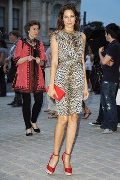 E a estampa de onça não sai da minha pauta… Dessa vez quem misturou o vestido de oncinha com vermelho foi a Astrid Muñoz. Show, né?!