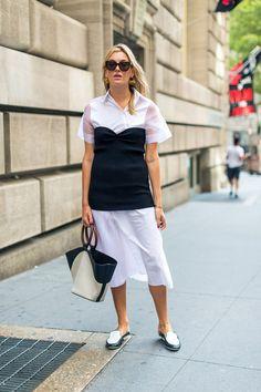 Девушка в легком белом платье, черный корсет и лоферы - уличная мода Нью-Йорка…
