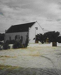 Die ou kerkie op Langebaan is in 1872 deur 'n lidmaat aan die gemeente Hopefield geskenk. Dis in 1980 tot nasionale gedenkwaardigheid verklaar. Church Building, My Land, Cathedrals, West Coast, South Africa, Landscape Photography, Buildings, Past, Country