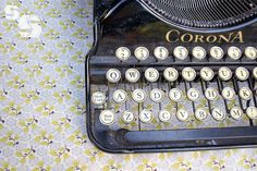 Gorgeous vintage typewriter. Shame my laptop doesn't look like this.