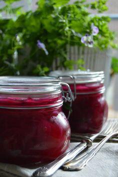 Pikkelöityä punasipulia:laakerinlehtiä, maustepippuria, tähtianista