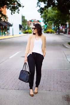 Jogger pants certainly are emerging to be one of the most popular bottoms this year. And you can actually wear jogger pamts at work! Here's how to wear joggers Black Joggers Outfit, Jogger Pants Outfit, Black Jogger Pants, Trends 2018, How To Wear Joggers, Vogue, How To Wear Scarves, Look Chic, Work Fashion