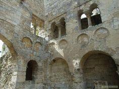 ABBAYE DE JUMIEGES, EGLISE ST PIERRE: Au-dessus des arcs en plein cintre, des médaillons étaient autrefois décorés de fresques. Au-dessus se trouve une galerie ouvrant sur la nef par de petites baies jumelées en plein cintre.