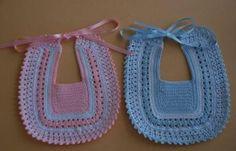 LE GATTE COI TACCHI: Schemi Bavaglini all'uncinetto Crochet Baby Bibs, Crochet Baby Clothes, Love Crochet, Crochet For Kids, Knitting For Kids, Baby Knitting Patterns, Baby Patterns, Crochet Patterns, Baby Booties
