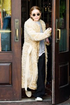 Ashley Olsen was spotted wearing fall and winter's must-have shearling coat . The style muse paired hers with a sweatshirt , wide-leg p. Ashley Olsen Style, Olsen Twins Style, Mary Kate Ashley, Mary Kate Olsen, Olsen Fashion, Star Fashion, Women's Fashion, Latest Fashion, Fashion Trends