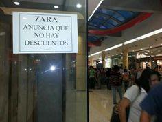 """El Periódico de Lara: FOTOS: Un gentío en el Sambil de Barquisimeto esperando """"vaciar los anaqueles"""" de Zara"""