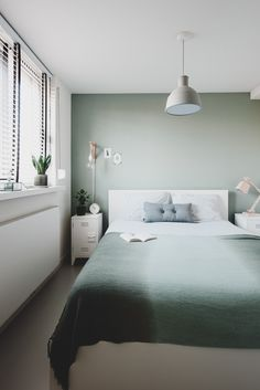 Een kijkje in het Scandinavische rijtjeshuis van fonQ-medewerker Tessa - Roomed A look into the Scandinavian terraced house of fonQ employee Tessa - Roomed Neutral Bedroom Decor, Romantic Bedroom Decor, Blue Bedroom, Bedroom Vintage, Bedroom Colors, Bedroom Ideas, Master Bedroom, Wood Bedroom, Master Suite