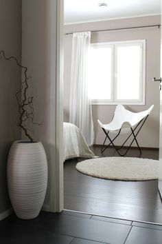 lukijan kotona   All you need is White   Kivat värit seinissä.
