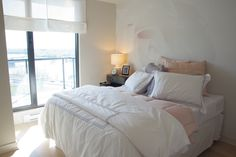 Une rose géante orne le mur de cette chambre à coucher. Comforters, Blanket, Rose, Wall, Bedroom, Creature Comforts, Quilts, Pink, Blankets