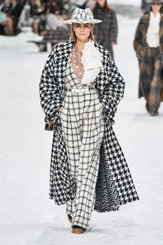 Cara Delevingne rocked a black and white checkered outfit from Karl Lagerfeld's final Chanel collection at Paris Fashion Week in March She paired the look with a matching hat atop her blonde blob. Fashion Week Paris, Fashion Weeks, Fashion 2020, Look Fashion, Runway Fashion, Autumn Fashion, Fashion Trends, Fashion Inspiration, Couture Fashion