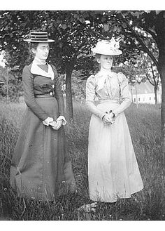Two women from Nova Scotia posing in a field, ca. 1900. #vintage #Canada #Edwardian #women  #hats