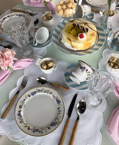 Para inspirar o café da manhã {} Mais um pouco dessa mesa linda e super delicada  Foi uma produção que amei fazer e achei que a combinação da porcelana floral com as listras deixou romântica e ao mesmo tempo atual. O que acharam????? #asmesasdecoradas #apedadea