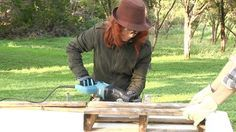 How to Take a Pallet Apart the Easy Way:   Step by step tutorial, photos and video show you how to deconstruct a pallet for your pallet furniture and pallet crafts.  This tutorial and other cool pallet projects from the folks at DIY ready.  #pallet #crafts #furniture