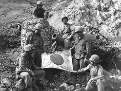 US Marines posing with a captured Japanese flag, Iwo Jima, February Marines In Combat, Us Marines, Pearl Harbor, Luftwaffe, Soichiro Honda, Battle Of Iwo Jima, History Online, Us Marine Corps, Military History