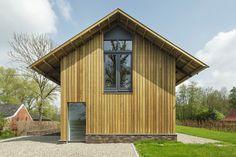 Op een zandrug in het voormalig veenontginningsgebied te Eelderwolde is een schuurwoning geplaats.