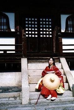 2004年に京都西陣の岩神座ホールにて行われた、風俗博物館の出張展示における平安装束着装体験レポート。このイベントでは、平安装束での外出が可能で、京都御所や神泉苑などの素晴らしいロケーションで撮影することができました。