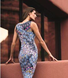 Hermoso vestido Joseph Ribkoff elaborado con una tela estampada con un diseño único y fresco.