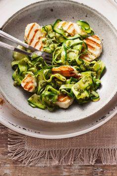 Leichtes Low Carb-Rezept: Halloumi mit Zucchini-Pesto-Nudeln