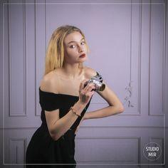 Photographe professionnel près de Paris, nous capturons votre personnalité dans des styles uniques, pour vous offrir de beaux souvenirs. Photo Portrait, Shooting Photo, Styles, Photos, Studio, Tops, Women, Fashion, Professional Photographer