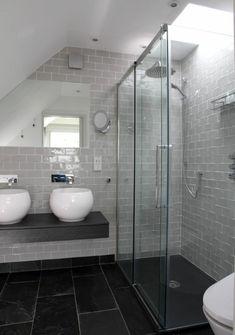 salle de bains grise et carrelage de sol noir