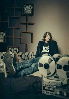 Dave Grohl is amazing. Foo Fighters Nirvana, Foo Fighters Dave Grohl, Nate Mendel, Chris Shiflett, Pat Smear, There Goes My Hero, Taylor Hawkins, Star Pictures, Star Pics